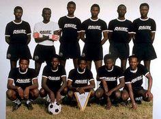 """A.C.-Forniture Sud, 1991 (Photocollage) cm 70 x 100 lavoratori senegalesi che vivono in Italia. La """"A. C. - Forniture Sud"""" ha partecipato ad alcuni campionati regionali. Il nome dello sponsor - riportato sulle magliette di squadra - è lo slogan nazista """"Rauss""""."""