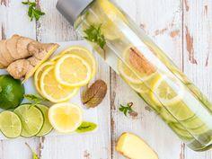 Infused Water: Dieses Wasser macht dich gesund und schlank! Wasser mit Geschmack zu versetzen, ist eigentlich keine neue Idee, doch in diesem Sommer führt kein Weg an den fruchtig angereicherten Drinks vorbei. Wir zeigen, wie's geht.