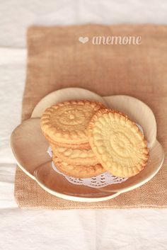 Doily cookies by anemone's corner  http://www.anemoneincucina.com/2012/12/doily-cookies-i-biscotti-col-centrino.html