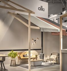For the last Maison&Objet trade fair in Paris, the Iratzoki Lizaso Studio designed the stand for Alki along the lines of a meeting place, like a village square. The bar with its pintxos snacks and bar stools, the fronton 'wall' with its large central table … these places form the hub of a Basque village and are THE go-to places for friendly gatherings.