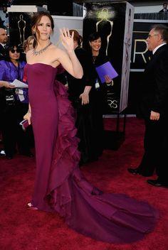 Jennifer Garner se ha apuntado al color de la temporada con este diseño de Gucci y 2,5 millones de dólares en sus joyas de Neil Lane. Y eso que la actriz asegura que su relación con la moda se limita a vestirse para esta clase de eventos.
