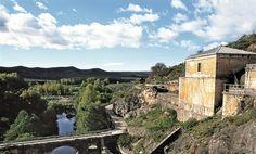 Pontón de la Oliva (Madrid) Es la presa más antigua de la provincia, ubicada en un cañón del bajo Lozoya, cerca de Patones. Impresionante caminar por la pasarela volada que la recorre, a una respetable altura sobre el lecho verde del embalse vacío.