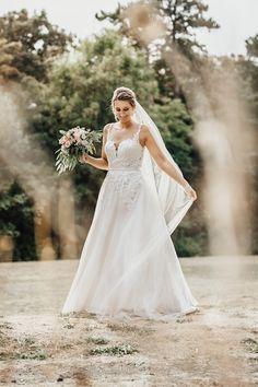 @larissasydekumphotography // Porträt der Braut in ihrem Hochzeitskleid mit langem Schleier // natürliche Brautpaarfotos am Hochzeitstag // Larissa Sydekum Photography Lace Wedding, Wedding Dresses, Veil, Makeup, Style, Fashion, Couple Photos, Veils, Marriage Anniversary