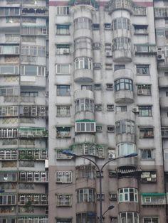 "tamazo2:  ""光華國宅(1998年)  基隆市  基隆駅から徒歩10分程の中心部に位置する大規模な14階建て高層集合住宅。  基隆市街地は長崎に似た地形で、すぐそばに山が迫っている。そのためこの住宅も斜面に建っており、敷地内の高低差が激しい。とても高級感のある集合住宅で公共スペースや遊具もあり、さらに一棟に一人警備員が居る。  2018  """