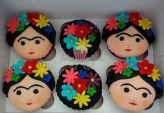 Festa Frida Kahlo: Cupcakescom carinha da Frida Kahlo e flores.