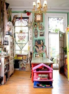 Gorgeous 49 Amazing Maximalist Decor Ideas for Small Spaces http://homiku.com/index.php/2018/03/09/49-amazing-maximalist-decor-ideas-for-small-spaces/