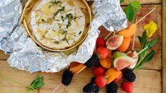 Resepti: Kokonainen grillijuusto ja hedelmävartaat