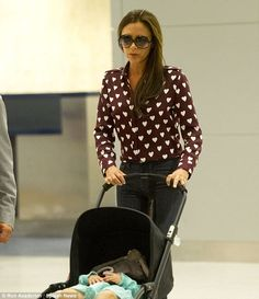 Victoria Beckham Hearts Harper at JFK Airport!: Photo Victoria Beckham shows her love for hearts while arriving on a flight at JFK Airport on Tuesday (September in New York City. The fashion designer… Victoria Beckham Outfits, Victoria Beckham Harper, Victoria Beckham Stil, Harper Beckham, David Beckham, Viktoria Beckham, Airport Chic, Airport Style, Fall Fashion Colors