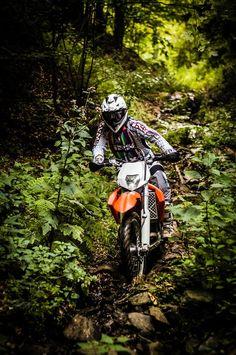 Adrenalina, motoare turate, spectacol moto-enduro autentic, 3 clase de concurs, circuit urban antrenant, 170 de km de traseu offroad si peisaje incantatoare – acestea sunt ingredientele celei de-a saptea editii HECS 2013.  Primul weekend din luna august t