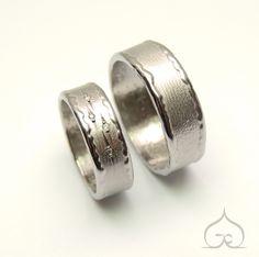 Trouwringen met de hand gemaakt en gegraveerd, met diamantjes alq vallende sterren voor de bruid. Trouwen, bruiloft, goud, titanium, zilver, duurzaam, ambachtelijk, gravure, handgravure, uniek.