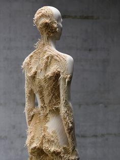 Expandindo o seu interesse na figura humana, Demetz trabalha com madeira para evidenciar noções conflitantes de temporalidade e permanência.