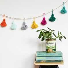 Use colorful yarn for this bright and fun holiday garland! (full tutorial for these simple tassels)