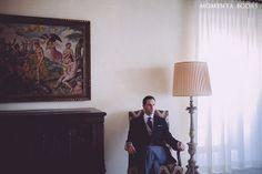 ¡El novio caballero en la espera! Nos gusta esta foto de Iñaki el día de su boda {Foto, Momenta Bodas} #novio #groom #tendenciasdebodas