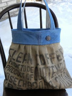 Burlap and Denim Bag - another great idea! I have plenty of old jeans I could so do this! plus, burlap scratchy, denim soft. Jean Purses, Purses And Bags, Sacs Tote Bags, Diy Sac, Feed Bags, Burlap Bags, Denim Purse, Denim Jeans, Denim Crafts
