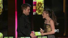 Pin for Later: Revivez en images les meilleurs baisers de cinéma récompensés aux MTV Movie Awards ! Kristen Stewart et Robert Pattinson, 2010 Cette fois là, Rob a essayé d'embrasser Kristen mais il s'est pris un beau râteau !   Source: MTV