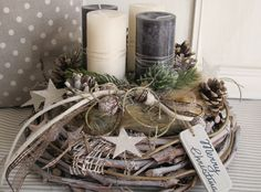 Aufwendig gestalteter, natürlicher Adventskranz **★ Merry Christmas ★** Der grau gekälkte Rebenkranz wurde mit verschiedenfarbigen Kerzen, welche mit Fell umringt sind, gestaltet. Zapfen, viele...
