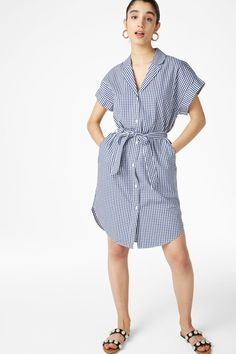 A classic short-sleeved shirt dress with neat pockets hidden in the side seams. Tie a bow and you're good to go 3 This colour is online exclusive. In a siz Necklines For Dresses, Spring Summer 2018, Monki, Wrap Dress, Shirt Dress, Cotton, How To Wear, Shirts, Clothes