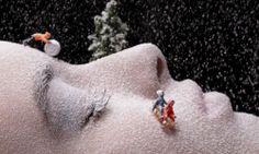Artista Juan Sanches Castillo usa rosto de pessoas para criar impressionantes cenários em miniatura.