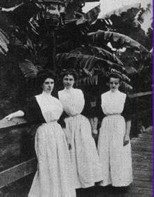 Harvey Girls in their uniforms. My grandma wore this with pride in the and talked about it the rest of her life. The Harvey House and The Harvey Girls, are a huge part of Arizona history and Americana. Arizona History, New Mexico History, Harvey House, Harvey Girls, Berlin, Arizona Travel, Alternate History, Interesting Photos, Maids