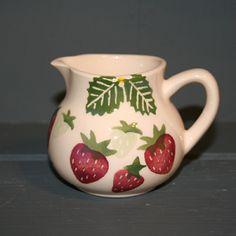 """Pot à lait fraises """"Strawberry and Cream"""" en faïence anglaise Peregrine Pottery. En vente chez Esprit British : http://www.esprit-british.com/?s=fraises&post_type=product"""
