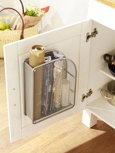 Der Zeitschriftensammler gehört ab jetzt in die Küche. Warum? Weil er sich super als Aufbewahrungsmöglichkeit für Küchenutensilien eignet.
