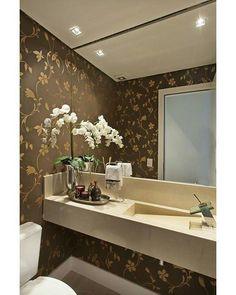 Olha o charme desse lavabo! Além da parede que é o destaque maior, os modelos da bancada e da torneira são super sofisticados!