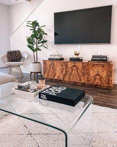 Table Decor Living Room, Home Living Room, Living Room Designs, Living Room Coffee Tables, Cofee Tables, Coffee Table Books, Mesa Sofa, Glass Waterfall, Best Decor