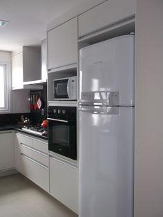 Cozinha com torre para forno e micro-ondas