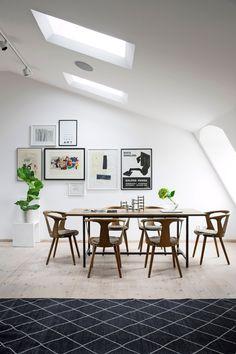 Vindsvåningen sträcker sig över två hus och ger känslan av ett eget hus uppe på taket. Här bor arkitekten Eleonor Honkanen med sin familj.