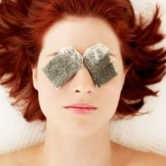 For droopy, puffy, and under eye circles: Tea Time! Have a few Green Tea bags on hand? Soak the Green Tea Bags in ice cold water for about minutes. Close the eyes, then place the tea bags over the eye area and relax for a few minutes. Homemade Beauty, Diy Beauty, Beauty Hacks, Beauty Solutions, Beauty Spa, Beauty Advice, Homemade Gifts, Beauty Women, Dark Circles Under Eyes