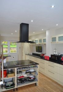 the kitchen is finally painted! we used dulux salisbury stones 6 on
