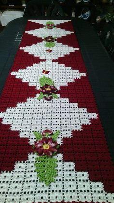 This Pin was discovered by Yen Crochet Table Runner, Crochet Tablecloth, Crochet Doilies, Crochet Flowers, Crochet Quilt, Filet Crochet, Easy Crochet Patterns, Crochet Designs, Knitting Patterns