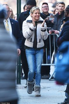 Sienna Miller beams with pride after her final Broadway appearance Ugg Boots Outfit, Pants Outfit, Denim Fashion, Star Fashion, Sienna Miller, Grey Boots, Autumn Winter Fashion, Winter Style, Boho Look