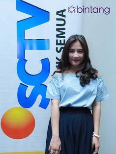 "Artis muda berbakat Prilly Latuconsina turut memeriahkan ajang penghargaan bergengsi  SCTV Awards 2015 yang akan dilaksanakan pada Sabtu, 28 November 2015 pukul 19.00 WIB. Ia akan menunjukkan sesuatu yang berbeda. ""Aku di sini memutuskan untuk berpisah dulu pada pasangan saya sebelumnya. Karena tahun dulu dilibatkan oleh Aliando dan sekarang membuat band bersama CJR."" kata Prilly Latuconsina. #PrillyLatuconsina #Entertainer #SCTVAwards #Bintang #Indonesia"