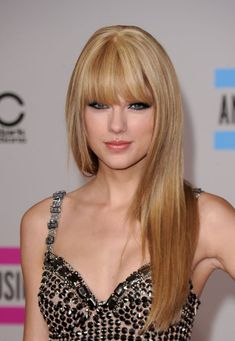 Taylor Swift goes edgy with eye-sweeping bangs and a sultry smokey eye. Taylor Swift 2010, Taylor Swift Sexy, Taylor Swift Pictures, Long Layered Haircuts, Straight Hairstyles, Cool Hairstyles, Celebrity Hairstyles, Woman Hairstyles, Layered Hairstyles