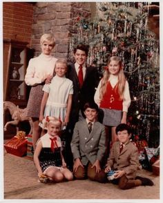 A very Brady Christmas.let's just assume that Mike Brady was taking the photo. Christmas Tv Shows, Ghost Of Christmas Past, Retro Christmas, Vintage Holiday, Christmas Movies, Christmas Photos, Vintage Tv, Christmas Outfits, Christmas Christmas
