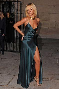 Rihanna en robe Giorgio Armani en février 2012