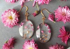 [Trending] Real Flower Petals And Gold Flakes In Resin Jewelry By Lyuda Diy Resin Art, Diy Resin Crafts, Diy And Crafts, Resin Jewelry, Jewelry Crafts, Gold Jewelry, Crystal Resin, Clear Resin, Resin Tutorial