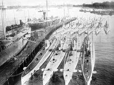 U-Boothafen Kiel mit Booten vom Typ Zweihüllen-Hochsee-Boot German Submarines, Military Units, Our Lady, World War Ii, United States, Europe, The Unit, Building, Engagements