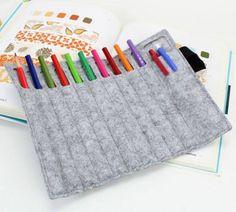 PORTA MATITE IN FELTRO ROLLY  Porta matite in feltro arrotolabile con elastico di chiusura. Matite non fornite.