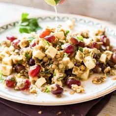 In einem bunten Salat stimmen Linsen, cremiger Feta, saftigeTrauben und Frühlingszwiebeln Magen und Seele auf den verdienten Feierabend ein.