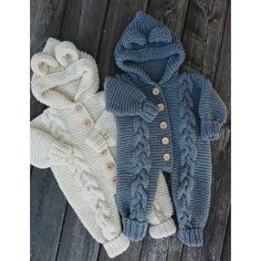Baby Knitting Patterns Dress Ravelry: Baby Bamsedragt pattern by By Amstrup Looking for a sweet onesie pattern? Then take a look at this lovely design from By Amstrup, that you can knit in DROPS Nepal or DROPS Big… Ravelry: Child Bear English model samp Baby Romper Pattern, Baby Overalls, Knitted Baby Clothes, Baby Knits, Knitted Baby Outfits, Baby Pullover, Knitting For Kids, Free Knitting, Knitting Patterns Baby