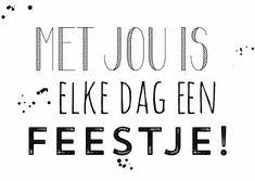 Zwart wit liefdekaart met de grappige tekst: Met jou is elke dag een feestje! Met trendy letters en een spetter achtergrond. Verkrijgbaar bij #kaartje2go voor €1,89
