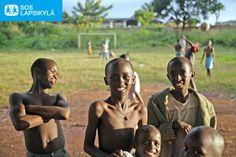 Burundilaisia poikia jalkapallokentällä. #jalkapallo #SOS-Lapsikylä #Burundi