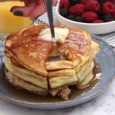 These copycat IHOP Pancakes are golden and fluffy pancakes that taste just like the ones from the popular restaurant chain. These copycat IHOP Pancakes are golden and fluffy pancakes that taste just like the ones from the popular restaurant chain. Ihop Pancake Recipe Copycat, I Hop Pancake Recipe, Pancake Recipes, Pancake Recipe No Baking Soda, Copycat Recipes, Pie Iron Recipes, Vegetarian, Gastronomia, Sweets