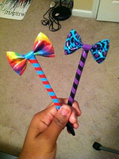 awesome More Duct Tape Bow Pens. Duct Tape Projects, Washi Tape Crafts, Duck Tape Crafts, Duct Tape Pens, Duct Tape Flowers, Pen Toppers, Flower Pens, Tape Art, Camping Crafts