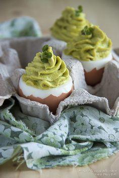Uova ripiene di mousse di piselli alla senape Egg And I, Antipasto, Perfect Food, Boiled Eggs, Finger Foods, Vegan Vegetarian, Mousse, Buffet, Appetizers