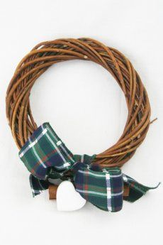 Ghirlanda di vimini intrecciati, decorata con cuore bianco in legno, cannella profumata e nastro scozzese.