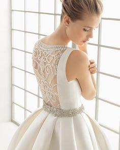Vestido de noiva de mikado com costas de tule, bordado com brilhantes. Coleção 2016 Rosa Clará