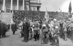 1918 - Nikolainkirkossa (nyk. Tuomiokirkko) pidetyn juhlajumalanpalveluksen jälkeen Mannerheim ja hallituksen edustajat ottivat  paraatijoukkojen ohimarssin vastaan Runebergin patsaan luona.  Kuva blogista: Vanhaa paperia vain